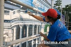 Karlisima_painting_the_White_House_at_the_Mama_Ayesha's_Restaurant_Presidential_Mural